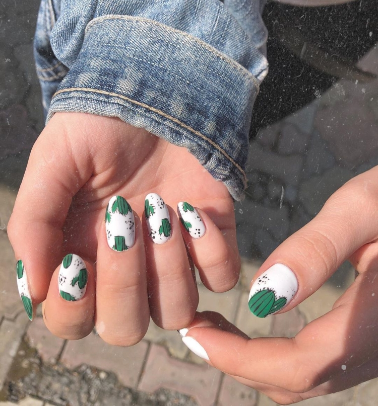 Летний белый матовый маникюр с кактусами