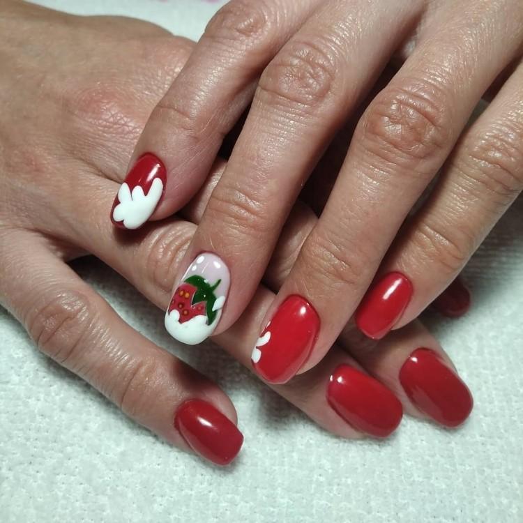 Красно-белый маникюр с клубничкой