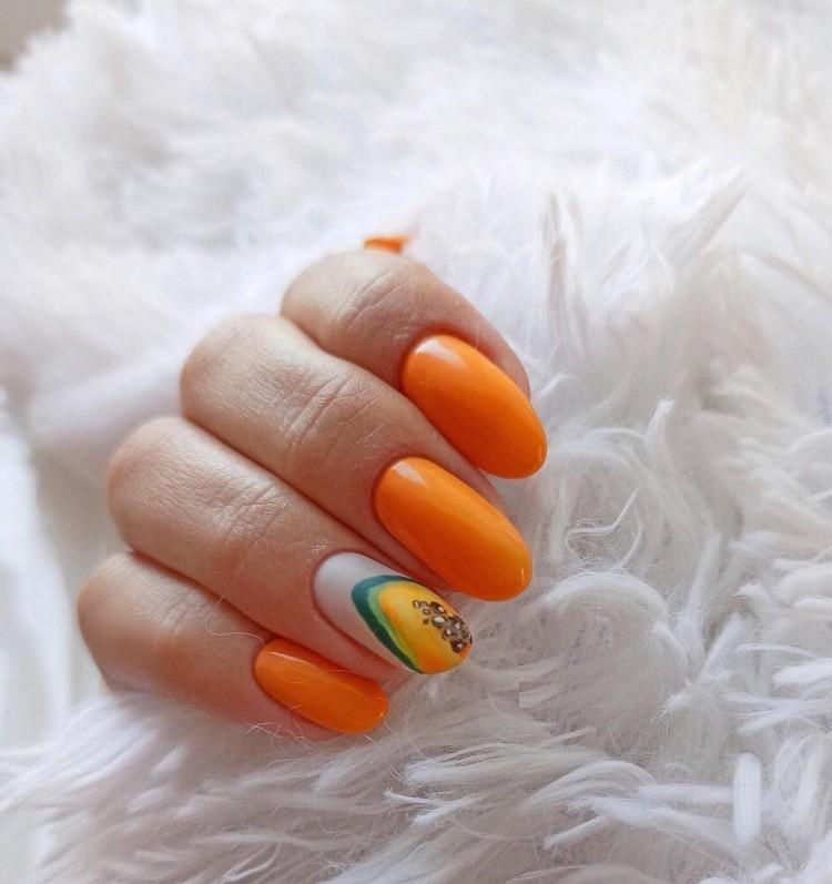 Летний оранжевый маникюр с рисунком папайи