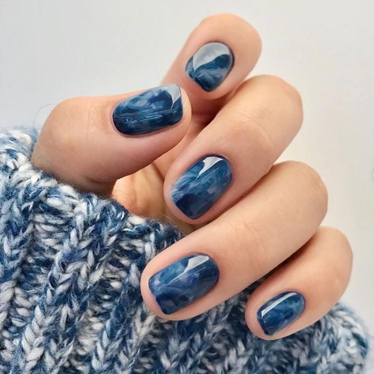 Тёмный летний мраморный маникюр на коротких квадратных ногтях