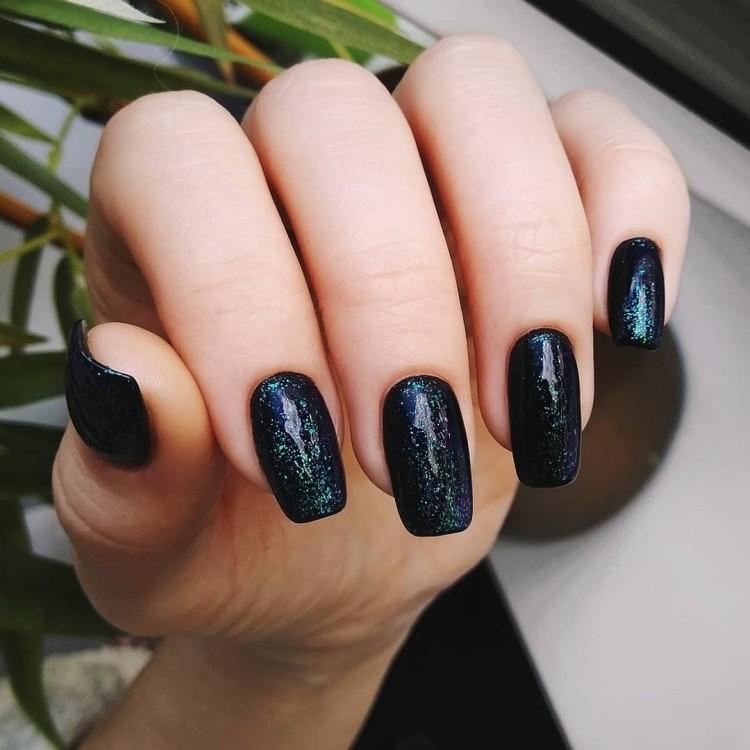 Летний темный космический маникюр на квадратных ногтях