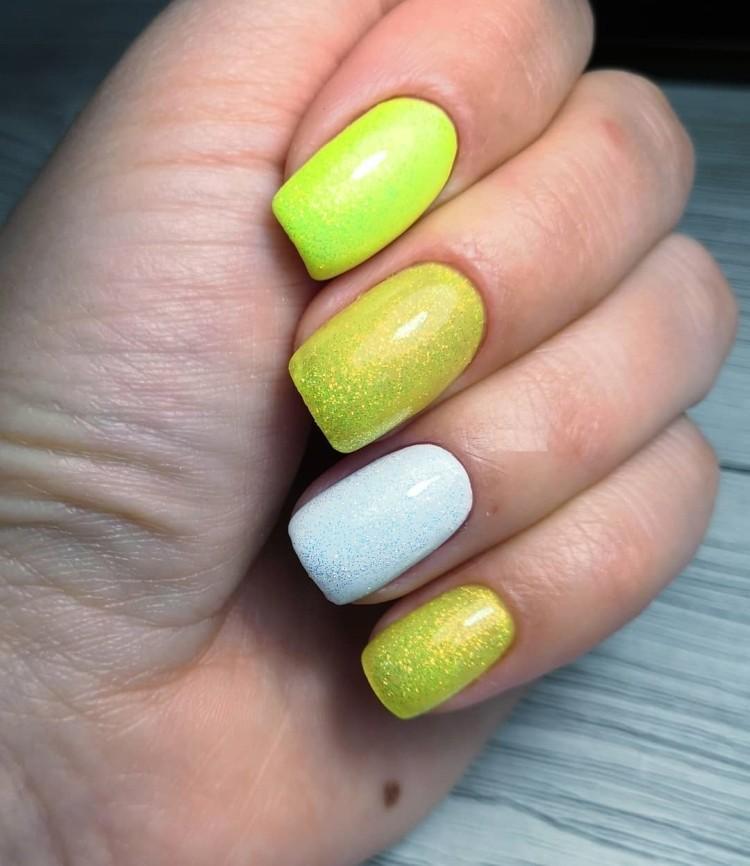 Желто-белый летний маникюр с блестками