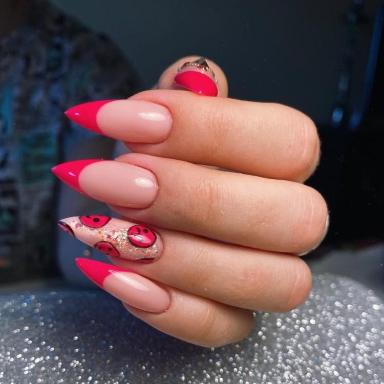 Ярко-розовый летний маникюр френч со смайлами