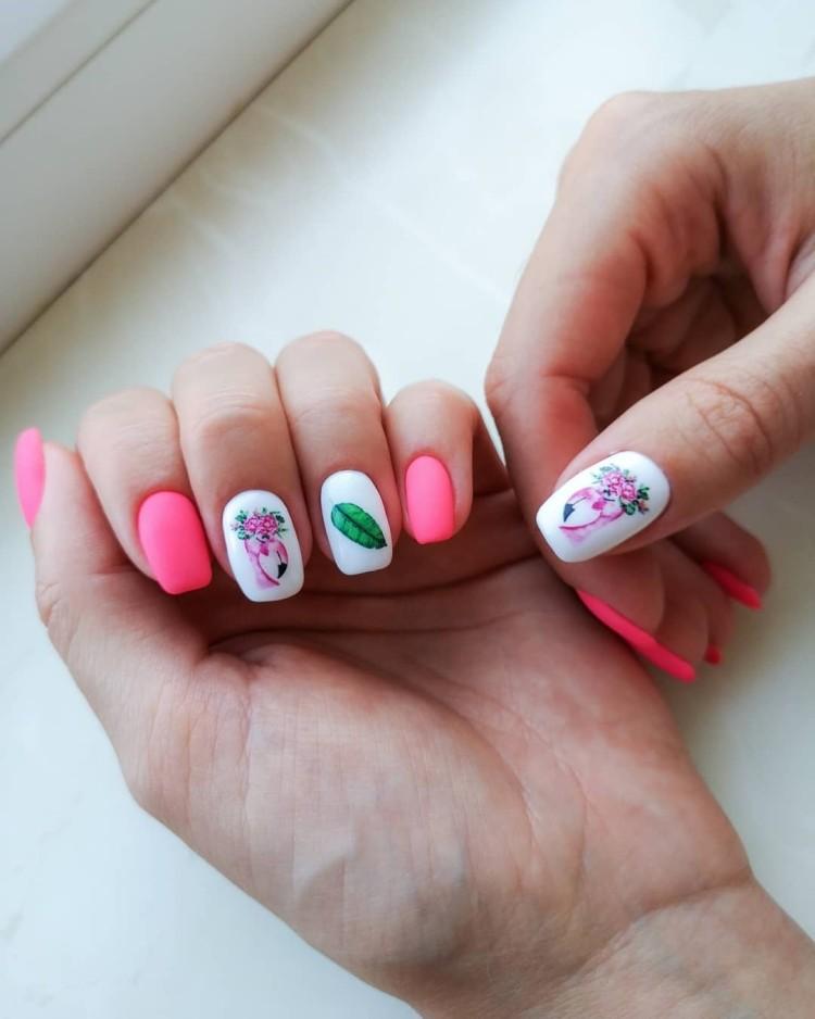 Розово-белый летний матовый маникюр с фламинго