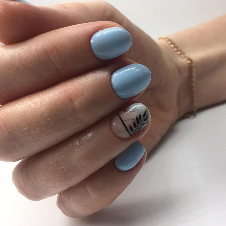 Нежный офисный летний маникюр с дизайном на коротких ногтях