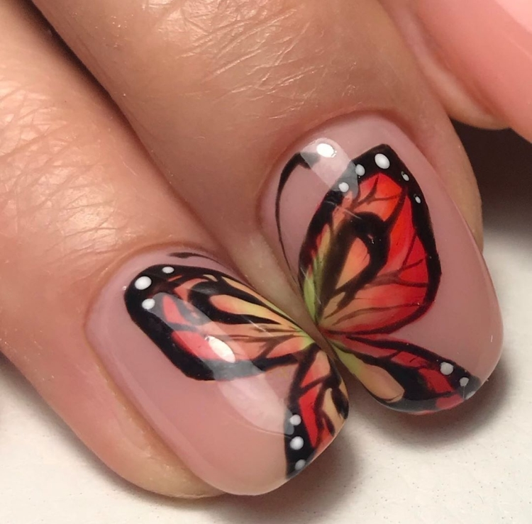 Нюдовый маникюр с рисунками крыльев бабочки