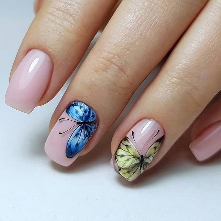 Нюдовый летний маникюр с наклейками бабочек