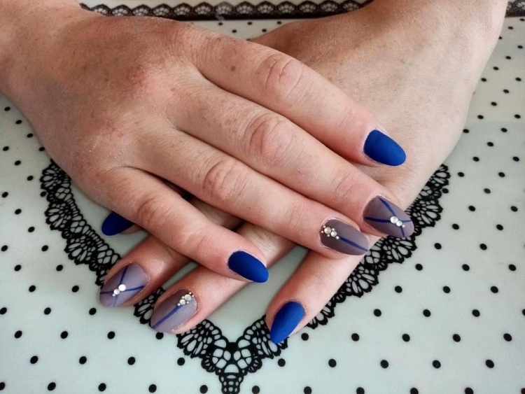 Матовый серо-синий летний маникюр со стразами