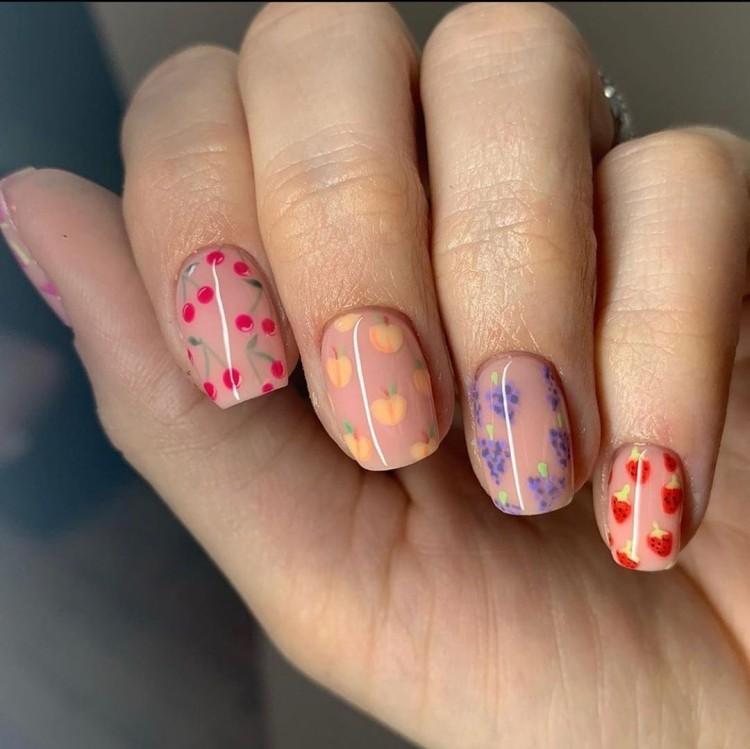 Летний нюдовый маникюр с фруктами на квадратных ногтях