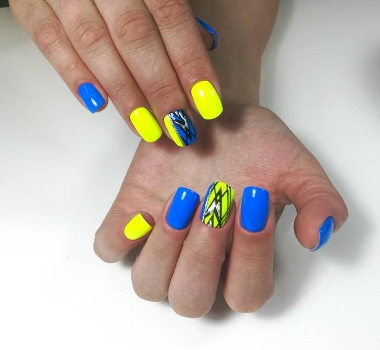 Кислотный желто-синий летний маникюр с геометрическим дизайном