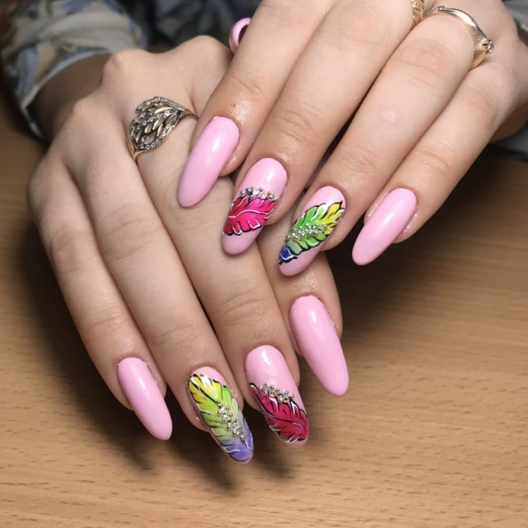 Нежно-розовый летний дизайн ногтей с разноцветными перьями
