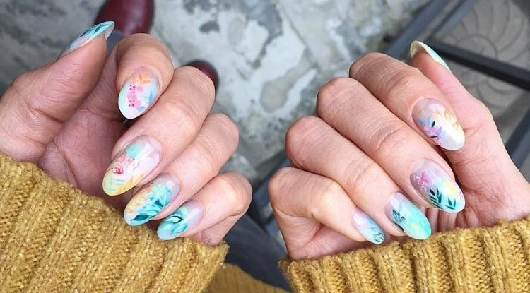 Нежный летний маникюр с растительными рисунками на овальных ногтях