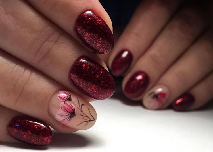 Красный маникюр лето с блестками и цветочками
