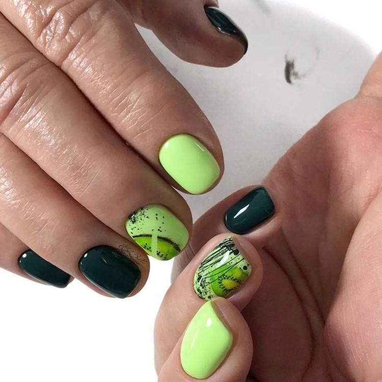 Летний маникюр с киви и полосками гель-лака в зеленых тонах