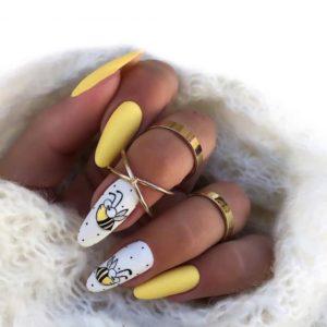 Жёлто-белый летний маникюр с пчелой