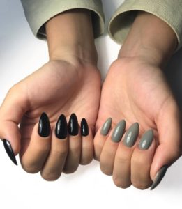 Разный маникюр на двух руках на миндалевидных ногтях