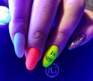 Яркий неоновый маникюр на длинных овальных ногтях