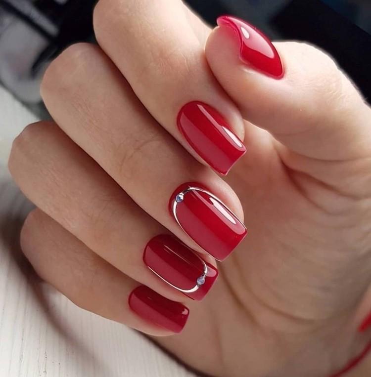 Однотонный красный летний маникюр с серебристыми полосками