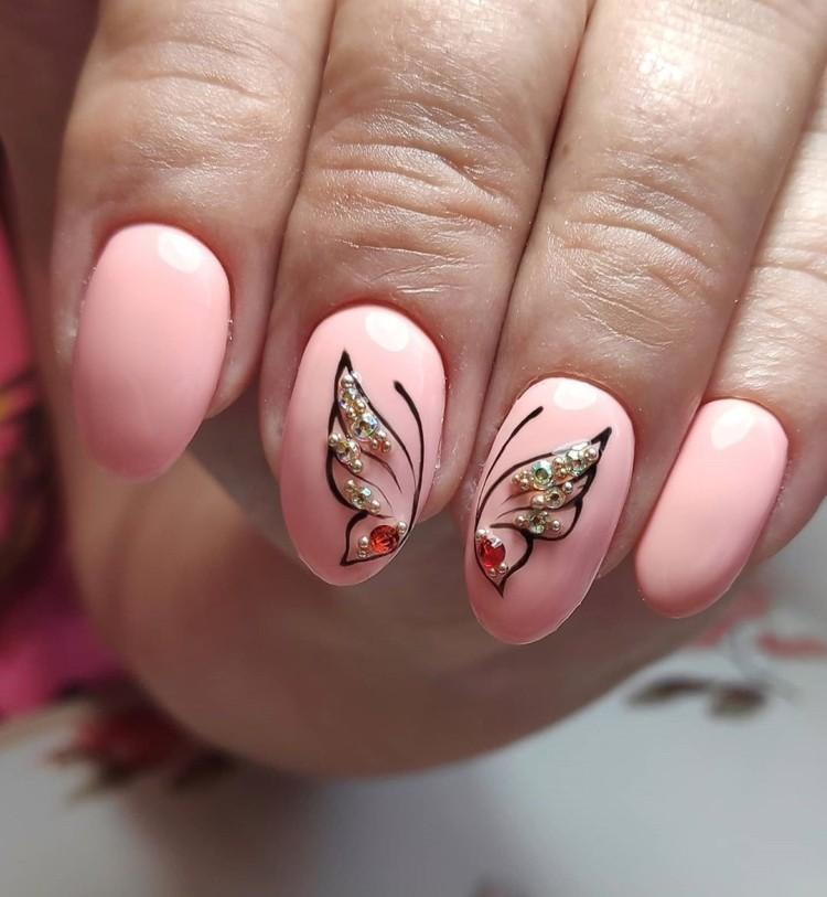 Однотонный нежно-розовый маникюр с бабочкой и стразами