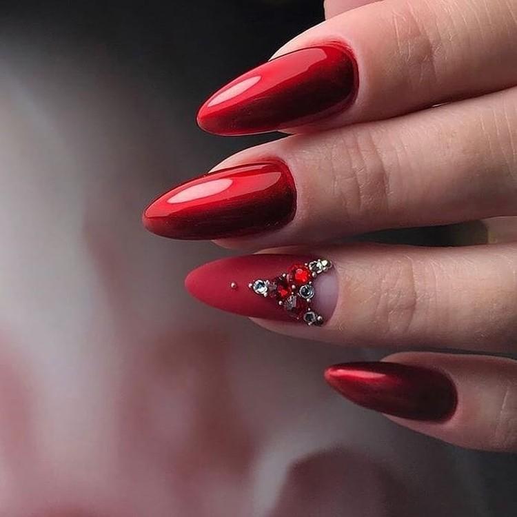 Красный дизайн ногтей с негативным пространством, стразами и втиркой
