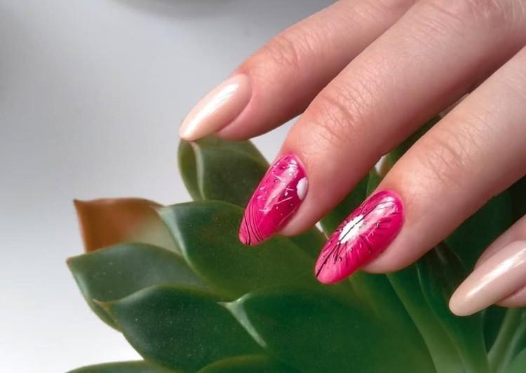 Яркий розовый летний дизайн ногтей с фруктами