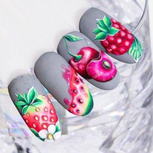Серый летний маникюр с фруктами на типсах