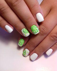 Белый летний маникюр с неоновыми дольками лайма