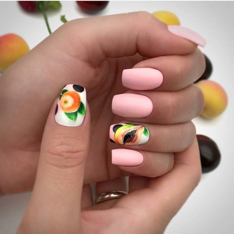 Летний маникюр с фруктами на розовом покрытии