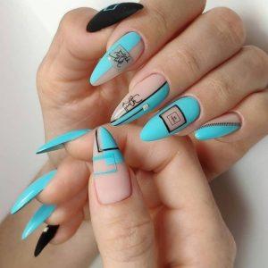 Нюдово-голубой летний геометрический маникюр на длинных ногтях