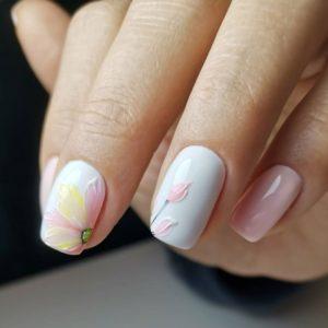 Розово-белый летний маникюр с цветочным рисунком гель-лаком