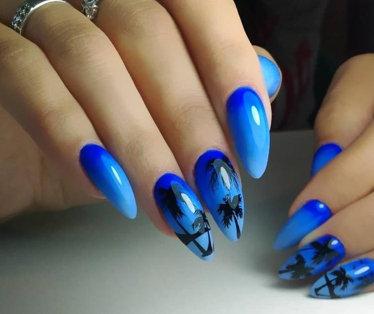 Градиентный синий летний маникюр с пальмами