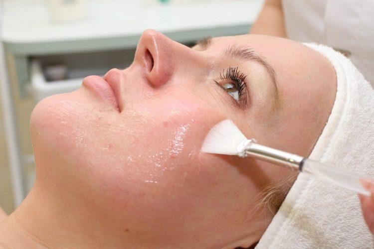 Химический пилинг лица у косметолога
