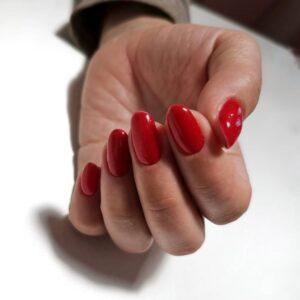 Маникюр однотонный красный