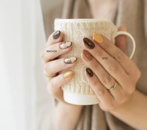 осенний маникюр, комбинированный маникюр, разноцветные ногти, рисунок на ногтях, кружка в руках, ногтевой дизайн, кольцо на пальце, белая чашка, матовые ногти