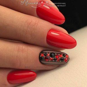 маникюр со стразами, глиттер на ногтях, блестящие ногти, орнамент на ногтях, драгоценный маникюр, модный маникюр 2021, праздничный маникюр