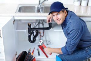 сантехник спб, выбрать сантехнику, установить смеситель, как установить ванную, монтаж стиральной машины, монтаж душевой кабины, монтаж сантехники, сантехник чинит кран, мужчина сантехник